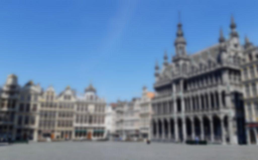 Représentation floue de la Grand-Place de Bruxelles, à droite se trouve l'hôtel de ville.